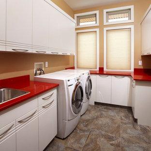 Inspiration pour une buanderie minimaliste avec un plan de travail rouge.