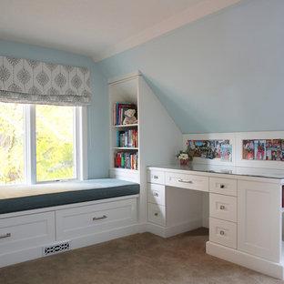 Ispirazione per una sala lavanderia classica di medie dimensioni con ante in stile shaker, ante grigie, top in quarzo composito, pareti grigie, moquette e lavatrice e asciugatrice a colonna