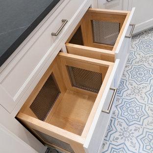 Idéer för mellanstora vintage u-formade grått tvättstugor enbart för tvätt, med en undermonterad diskho, luckor med infälld panel, vita skåp, bänkskiva i täljsten, vinylgolv, en tvättpelare och flerfärgat golv