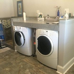 Immagine di una lavanderia multiuso tradizionale di medie dimensioni con pareti grigie, lavatrice e asciugatrice affiancate, top in laminato, pavimento in ardesia e top grigio