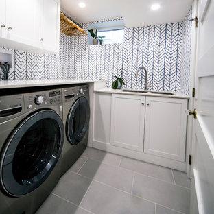 Foto di una piccola sala lavanderia classica con lavello sottopiano, ante in stile shaker, ante bianche, top in legno, pareti multicolore, pavimento con piastrelle in ceramica, lavatrice e asciugatrice affiancate e pavimento grigio