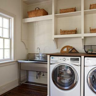 Foto di una lavanderia classica con top in legno e top marrone