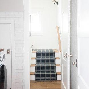 Esempio di una sala lavanderia stile marino di medie dimensioni con ante bianche, top in legno, pareti bianche, pavimento in mattoni, lavatrice e asciugatrice affiancate e pavimento rosso