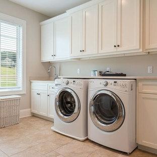 Foto di una grande sala lavanderia chic con lavello sottopiano, ante in stile shaker, ante bianche, top in granito, pareti beige, pavimento in travertino, lavatrice e asciugatrice affiancate e pavimento beige
