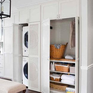 Foto de lavadero clásico renovado, de tamaño medio, con armarios estilo shaker, puertas de armario grises, suelo de madera en tonos medios y encimera de madera