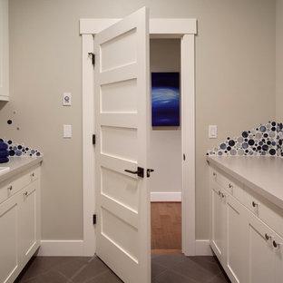 Inspiration för klassiska parallella tvättstugor enbart för tvätt, med en nedsänkt diskho