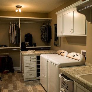 Foto di una lavanderia multiuso tradizionale di medie dimensioni con lavello da incasso, ante con riquadro incassato, ante bianche, top in laminato, pareti beige, pavimento in linoleum e lavatrice e asciugatrice affiancate