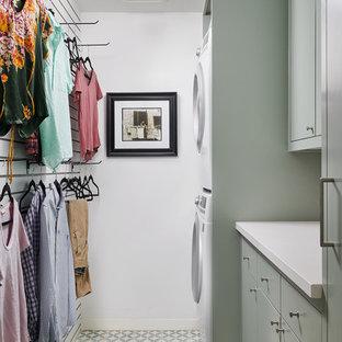 Inspiration för en mellanstor funkis vita parallell vitt tvättstuga enbart för tvätt, med släta luckor, gröna skåp, bänkskiva i kvarts, vita väggar, klinkergolv i keramik, en tvättpelare och grönt golv