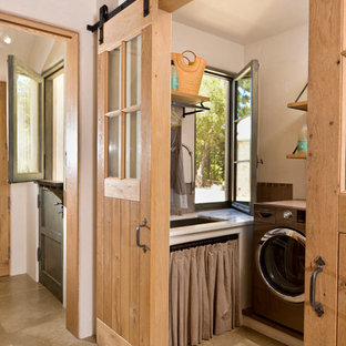 Inredning av en medelhavsstil tvättstuga enbart för tvätt