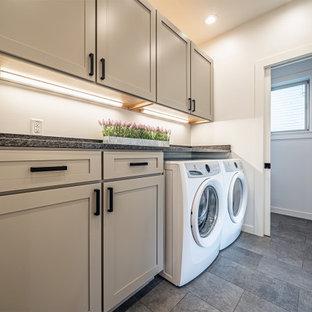 Modern inredning av ett mellanstort grå linjärt grått grovkök med garderob, med skåp i shakerstil, grå skåp, granitbänkskiva, grått stänkskydd, vita väggar, klinkergolv i keramik och grått golv