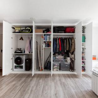 Diseño de lavadero actual con paredes blancas, suelo gris y suelo de madera clara