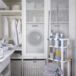 Ispirazione per una lavanderia multiuso scandinava di medie dimensioni con pareti bianche e lavatrice e asciugatrice affiancate