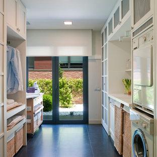 Foto på en mellanstor vintage parallell tvättstuga enbart för tvätt, med luckor med infälld panel, vita skåp, bänkskiva i koppar, vita väggar, klinkergolv i keramik och en tvättpelare
