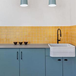 Inspiration för ett mellanstort nordiskt grå linjärt grått grovkök, med en nedsänkt diskho, släta luckor, turkosa skåp, bänkskiva i kvarts, gula väggar, klinkergolv i porslin, tvättmaskin och torktumlare byggt in i ett skåp och beiget golv