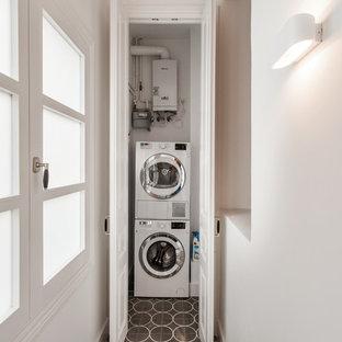 Imagen de lavadero clásico renovado, pequeño, con lavadora y secadora apiladas