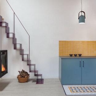 Idéer för ett mellanstort nordiskt grå linjärt grovkök, med en nedsänkt diskho, släta luckor, turkosa skåp, bänkskiva i kvarts, gula väggar, klinkergolv i porslin, tvättmaskin och torktumlare byggt in i ett skåp och beiget golv