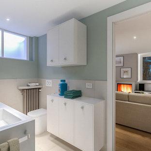 Idéer för små nordiska linjära vitt grovkök, med en nedsänkt diskho, släta luckor, vita skåp, laminatbänkskiva, beige stänkskydd, stänkskydd i porslinskakel, gröna väggar, klinkergolv i porslin, en tvättmaskin och torktumlare bredvid varandra och beiget golv