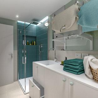 Exempel på ett litet skandinaviskt vit linjärt vitt grovkök, med en nedsänkt diskho, släta luckor, vita skåp, laminatbänkskiva, beige stänkskydd, stänkskydd i porslinskakel, gröna väggar, klinkergolv i porslin, en tvättmaskin och torktumlare bredvid varandra och beiget golv