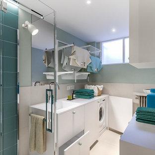Inspiration för små nordiska linjära vitt grovkök, med en nedsänkt diskho, släta luckor, vita skåp, laminatbänkskiva, beige stänkskydd, stänkskydd i porslinskakel, gröna väggar, klinkergolv i porslin, en tvättmaskin och torktumlare bredvid varandra och beiget golv
