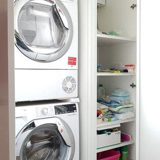 Inspiration för mellanstora moderna parallella vitt tvättstugor, med en enkel diskho, släta luckor, vita skåp, bänkskiva i kvarts, rött stänkskydd, klinkergolv i porslin och brunt golv