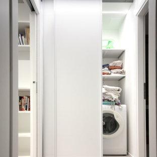 Immagine di una piccola lavanderia minimalista con ante lisce