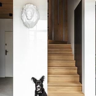 На фото: п-образная лестница среднего размера в современном стиле с деревянными ступенями и деревянными подступенками с