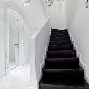 Новые идеи обустройства дома: большая п-образная лестница в современном стиле с деревянными ступенями и деревянными подступенками