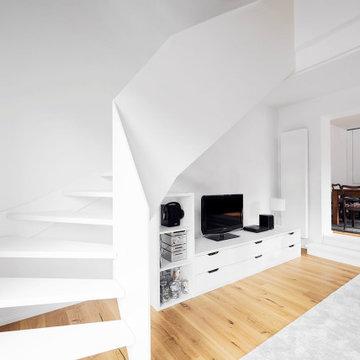 Белая лестница, а также кухня, паркет и двери от hokon