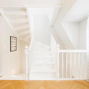 Стильный дизайн: лестница в стиле современная классика с деревянными перилами - последний тренд