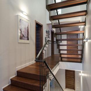 Неиссякаемый источник вдохновения для домашнего уюта: п-образная лестница в современном стиле с деревянными ступенями и металлическими перилами без подступенок