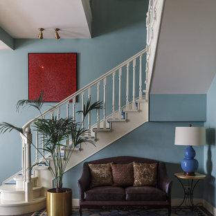 Пример оригинального дизайна интерьера: угловая лестница в стиле современная классика с деревянными ступенями и деревянными перилами