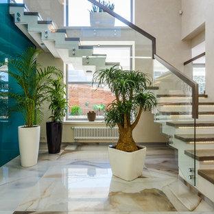 サンクトペテルブルクの中くらいの木のコンテンポラリースタイルのおしゃれなかね折れ階段 (コンクリートの蹴込み板) の写真