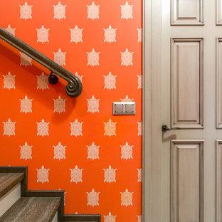 Diseño de escalera tradicional renovada, de tamaño medio, con escalones de madera, contrahuellas de madera pintada y barandilla de madera