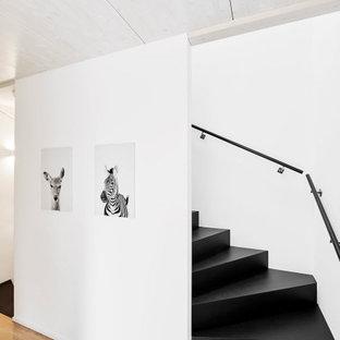 Пример оригинального дизайна: лестница в скандинавском стиле с металлическими перилами