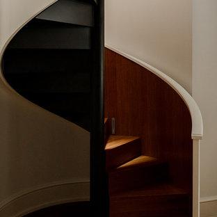 Новые идеи обустройства дома: винтовая лестница в современном стиле с деревянными ступенями, деревянными подступенками и деревянными перилами