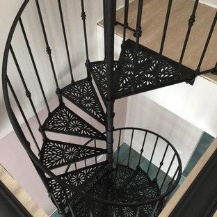 モスクワの小さい金属製のトランジショナルスタイルのおしゃれならせん階段 (金属の手すり) の写真
