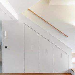 Свежая идея для дизайна: маленькая лестница в современном стиле с деревянными ступенями, деревянными перилами и крашенными деревянными подступенками - отличное фото интерьера