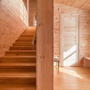 Diseño de escalera recta, de estilo de casa de campo, grande, con escalones de madera, contrahuellas de madera y barandilla de madera