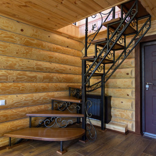 Imagen de escalera en L y madera, de estilo de casa de campo, pequeña, con contrahuellas de metal, barandilla de metal y madera