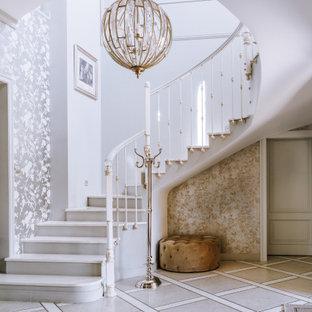 Неиссякаемый источник вдохновения для домашнего уюта: лестница в стиле современная классика