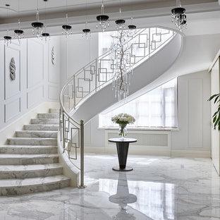 Пример оригинального дизайна: изогнутая лестница в современном стиле с металлическими перилами