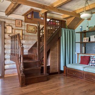 Пример оригинального дизайна интерьера: угловая лестница в стиле кантри с деревянными ступенями, деревянными подступенками и деревянными перилами