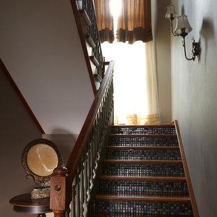 Diseño de escalera clásica con contrahuellas con baldosas y/o azulejos y escalones de madera