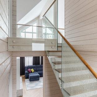 Источник вдохновения для домашнего уюта: п-образная лестница в современном стиле с деревянными ступенями и перилами из смешанных материалов