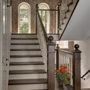 Свежая идея для дизайна: п-образная лестница в классическом стиле с деревянными ступенями и деревянными перилами - отличное фото интерьера