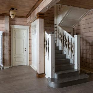 Modelo de escalera de estilo de casa de campo con escalones de madera y contrahuellas de madera