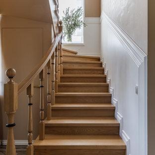 На фото: лестница среднего размера в стиле современная классика с