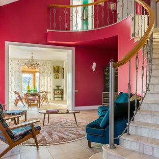Свежая идея для дизайна: изогнутая лестница в современном стиле с перилами из смешанных материалов - отличное фото интерьера