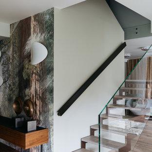 Свежая идея для дизайна: п-образная лестница в современном стиле с стеклянными перилами без подступенок - отличное фото интерьера