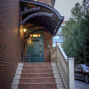 Imagen de escalera recta, tradicional, de tamaño medio, con escalones de terracota, contrahuellas de terracota y barandilla de varios materiales